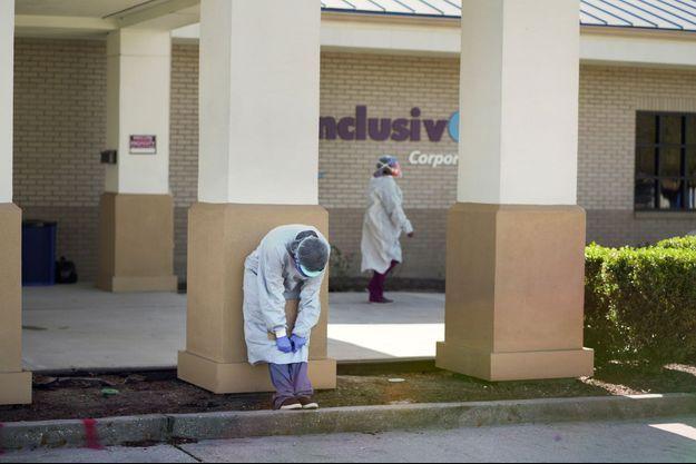 Devant un centre de vaccination au Covid-19 à Avondale, en Louisiane, le 9 janvier 2021.