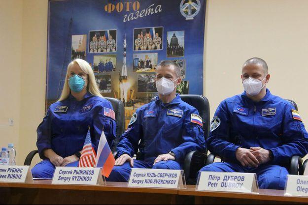 L'astronaute américaine Kathleen Rubins et les cosmonautes russes Sergueï Ryjikov et Sergueï Koud-Svertchkov.