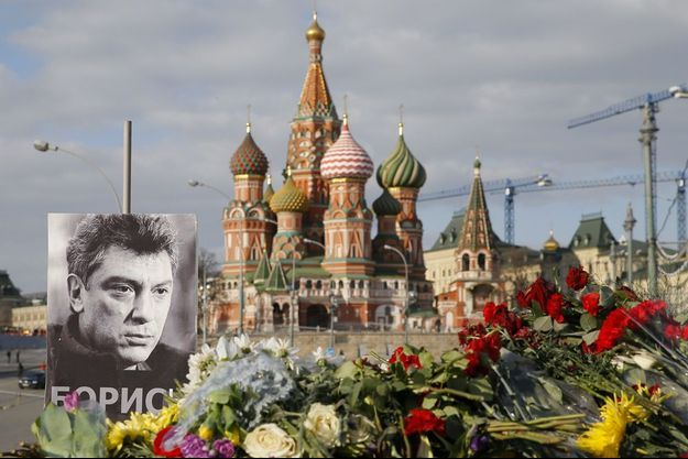 Des milliers de fleurs devant le Kremlin, le 6 mars 2015.