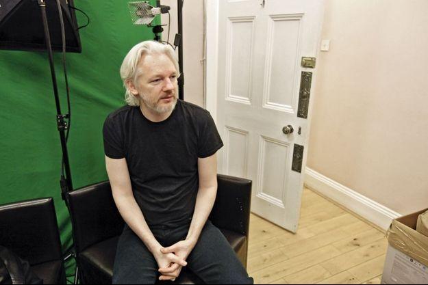 Vendredi 28 mars 2014, à l'ambassade d'Equateur de Londres. Derrière lui, un fond vert devant lequel il se filme pour communiquer sur Skype ou les réseaux sociaux.