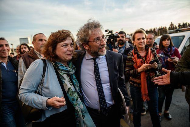 Dilek et Can Dündar arrivent au tribunal d'Istanbul, le 1er avril 2016.