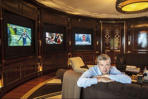 Vendredi 8 novembre, dans le salon-bureau de sa demeure de 1 600 mètres carrés. Trois écrans sont allumés pour suivre en même temps le foot, les nouvelles de l'économie et un film.