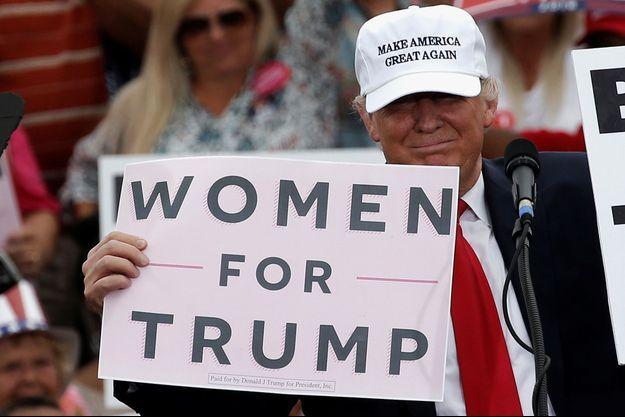 Donald Trump se vante d'obtenir le vote des femmes, le 12 octobre 2016 lors d'un meeting en Floride.