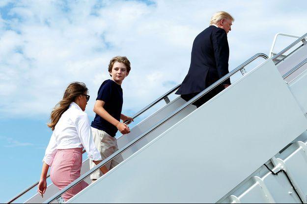 Donald Trump embarque à bord d'Air Force One, l'avion présidentiel, suivi de son fils Barron et de son épouse Melania, le 30 juin dernier.