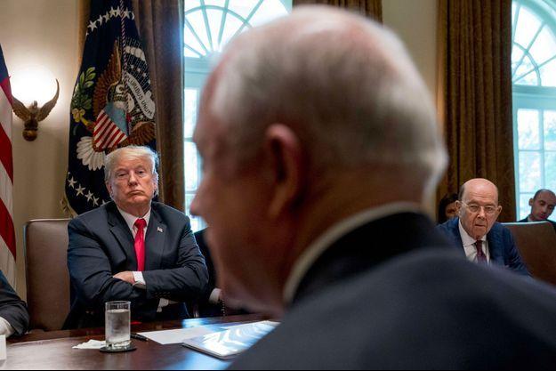 Donald Trump face au ministre de la Justice, Jeff Sessions (au premier plan), lors d'une réunion de cabinet, le 16 août à la Maison-Blanche.