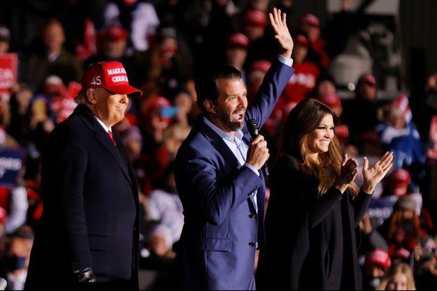 Au micro, Donald Trump Jr. devant son père, Donald Trump, lors d'un meeting dans le Wisconsin, le 2 novembre.