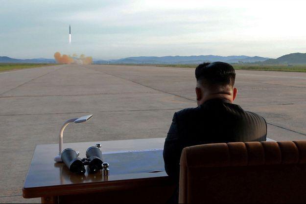 Kim Jong-un regarde un missile balistique s'envoler dans le ciel de Pyongyang.