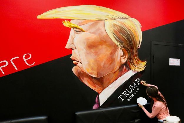 Une caricature de Donald Trump dessinée sur un mur en Russie.