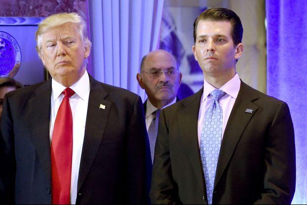 Donald Trump avec son fils Donald Jr, le 11 janvier 2017 à la Trump Tower, à New York.