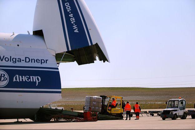 Un avion cargo Antonov 124 livre 10 millions de masques à l'aéroport de Paris-Vatry, lundi.
