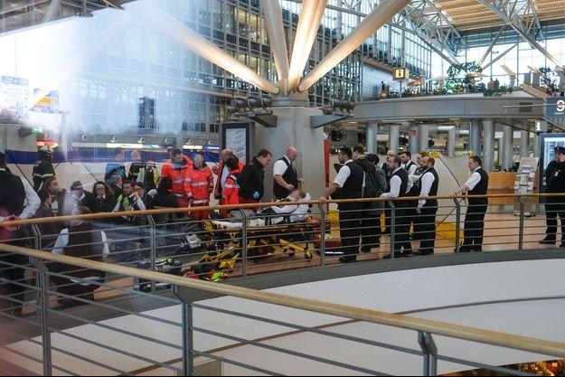 Les pompiers interviennent dans l'aéroport de Hambourg, dimanche.