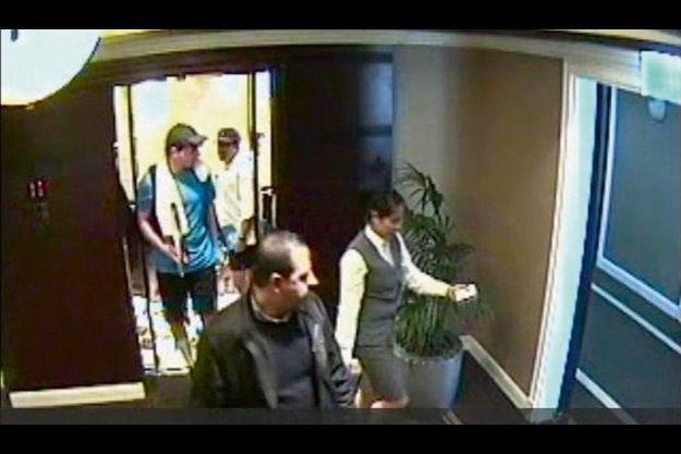 19 janvier, 15h30 Mahmoud Al-Mabhouh, au premier plan, est suivi jusqu'à sa chambre, au deuxième étage de l'hôtel Al-Bustan Rotana, par deux espions habillés en tennismen. Le commando était instruit des moindres déplacements de sa cible.