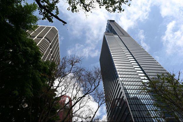 L'appartement est niché au 62e étage de cet immeuble à Singapour.