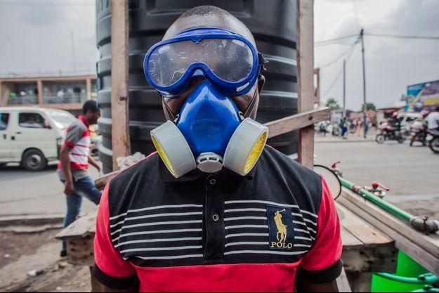 Un agent sanitaire prépare un mélange d'eau et de chlore à Goma, en RDC, mercredi.