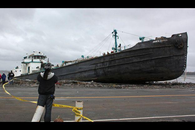 Spectacle impressionnant: un bateau de 700 tonnes a été propulsé sur la grève au nord de Staten Island.