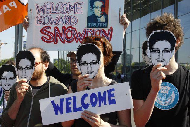A Berlin, des manifestants appellent l'Allemagne à accorder le droit d'asile à Snowden.