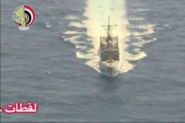 Des images d'un navire militaire égyptien filmé pendant les recherches