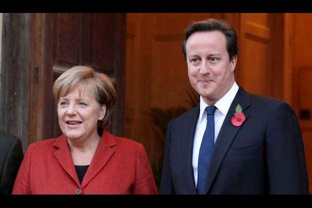 David Cameron et Angela Merkel se sont tous deux réjouis du départ de Moubarak.