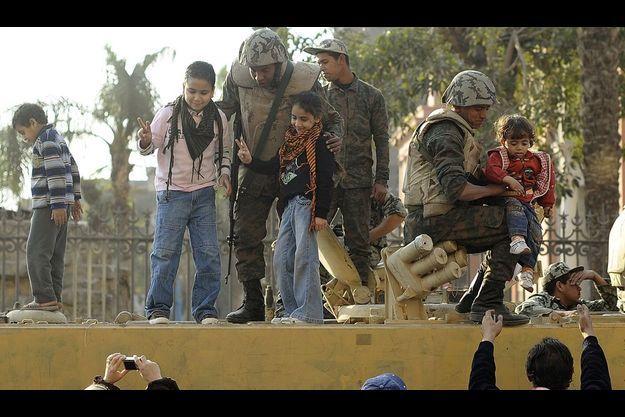 Samedi 12 février, sur la place Tahrir, avec leurs téléphones portables ou des caméras professionnelles, ils immortalisent leurs premières journées de liberté. A la demande des adultes qui veulent célébrer le nouvel avenir qui s'annonce, les plus jeunes grimpent sur les chars de l'armée qui a promis de respecter la volonté du peuple. Une « marche de la victoire » aura lieu vendredi 18 février.