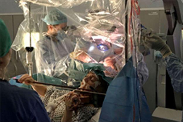 Grâce aux précautions prises par les médecins, Dagmar Turner, atteinte d'une tumeur au cerveau, pourra rejouer du violon.