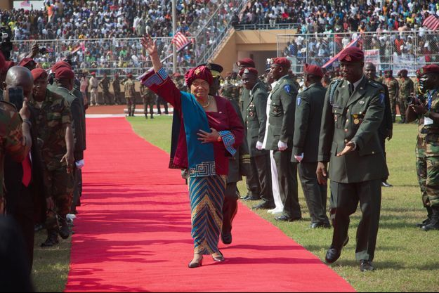 Monrovia, le 22 janvier, la présidente Ellen Johnson Sirleaf arrive au stade Samuel Doe pour l'investiture de son successeur, George Weah.