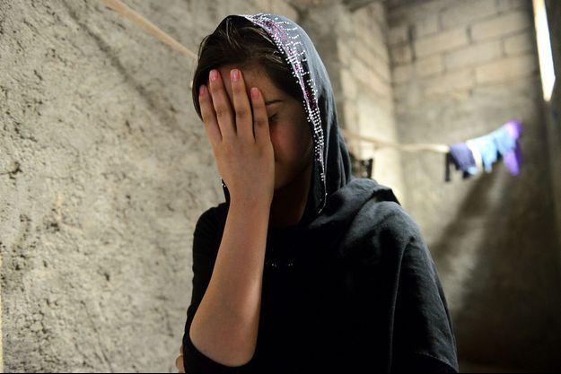 Viyan se cache le visage tellement sa douleur est grande.