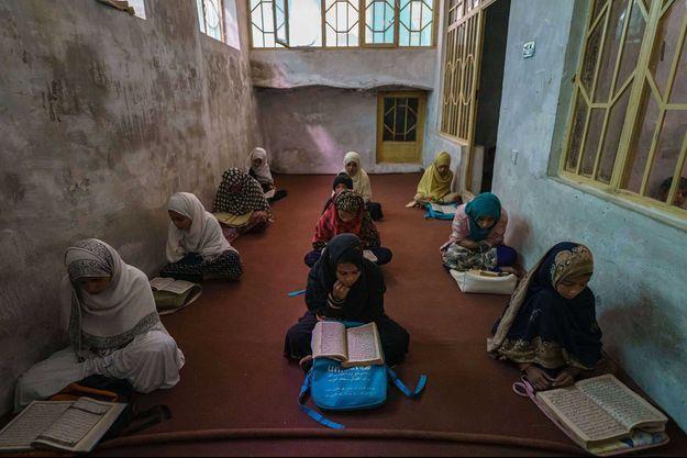 Des étudiantes afghanes voilées.