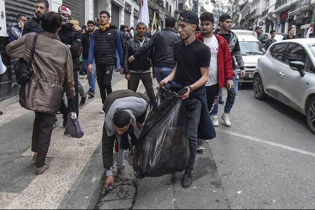 Nettoyage des rues à Alger, le 15 mars.