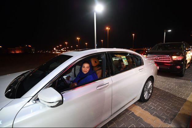 Samira Al-Ghamdi au volant de sa voiture après la levée de l'interdiction de conduire, à Djeddah, dimanche.