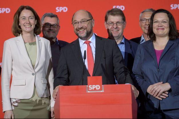 Ils ont retrouvé le sourire : les dirigeants du SPD, autour de leur président Martin Schulz, dimanche à Berlin.