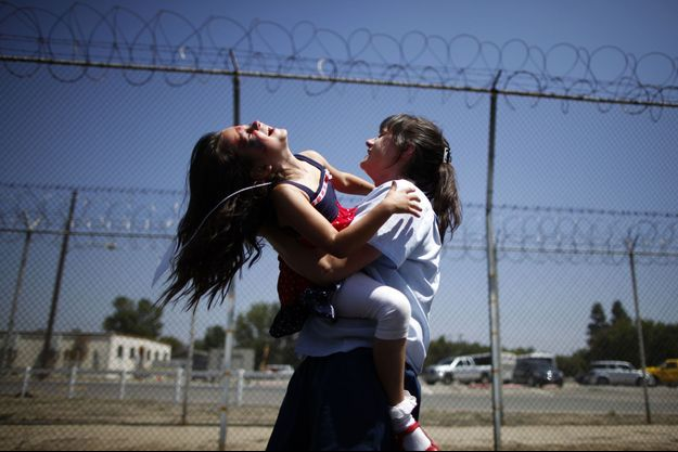 Une mère et sa fille dans la prison californienne pour femmes de Chino, où des détenues auraient subi des stérilisations forcées.