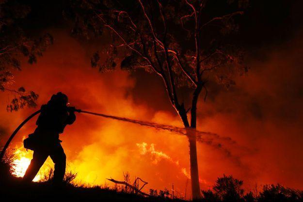 Un pompier tente d'éteindre les flammes d'un incendie en Californie, jeudi.