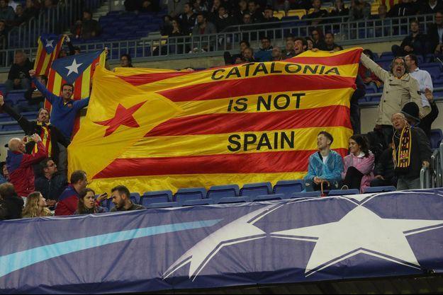 Un drapeau brandit par des supporters lors du match de ligue des champions du FC Barcelone.