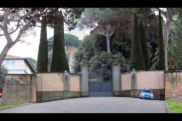 A l'entrée de la résidence papale, la police veille.