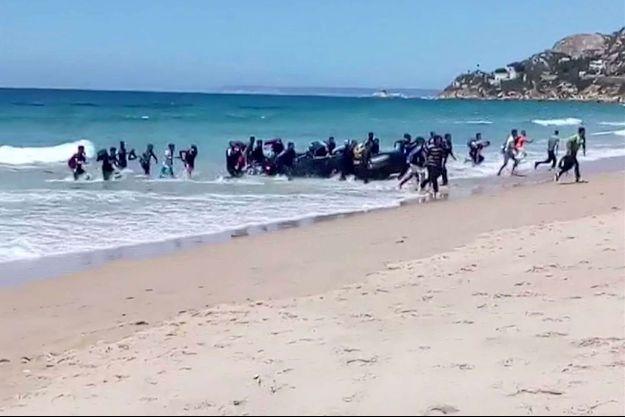 Capture d'écran d'une vidéo montrant l'arrivée de migrants sur une plage de Cadix, dans le sud de l'Espagne.