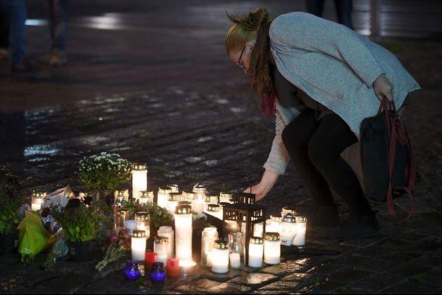 Des fleurs et des bougies ont été déposées sur la place du marché de Turku, en Finlande, où deux personnes ont été tuées par