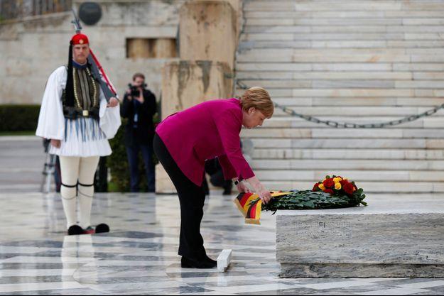 Angela Merkel dépose une gerbe sur la tombe du soldat inconnu à Athènes, vendredi.