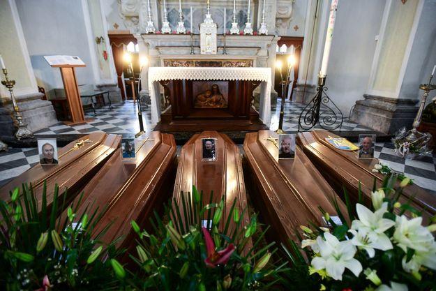 Cercueils dans l'église de Serina le 21 mars 2020.