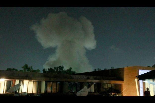 De la fumée s'échappe de plusieurs bâtiments, mardi soir, après les violentes frappes aériennes de l'Otan sur Tripoli.