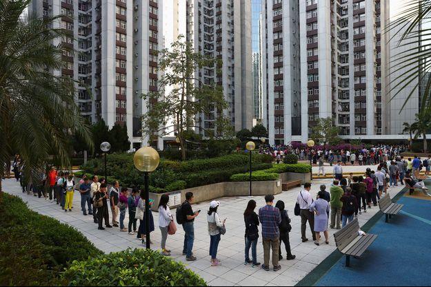 File d'attente à Hongkong, dimanche, pour les élections locales.