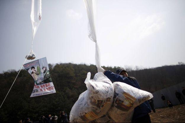Les fameux tracts diffusés par des Nord-Coréens passés au Sud, qui ont provoqué la colère de Pyongyang.