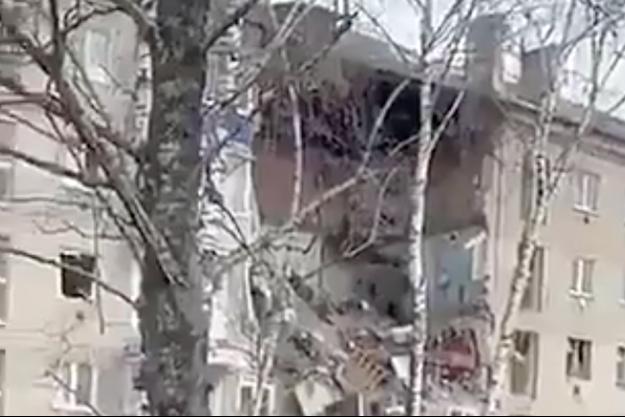 Capture écran d'une vidéo de la destruction d'un immeuble en Russie.