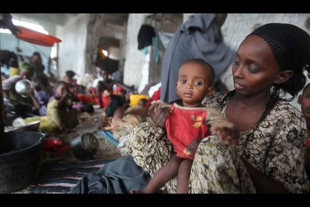 A Mogadiscio, les réfugiés doivent se protéger des inondations.