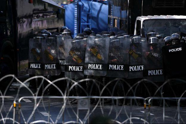 Des policiers thaïlandais durant une manifestation contre le gouvernement à Bangkok, le 18 juillet 2021.