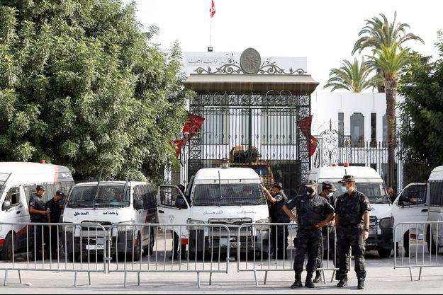 Devant le Parlement à Tunis, le 27 juillet 2021.
