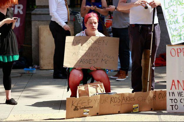 Une manifestante devant le Parlement Irlandais, pendant le vote de l'assouplissement de la loi sur l''interdiction d'avorter.