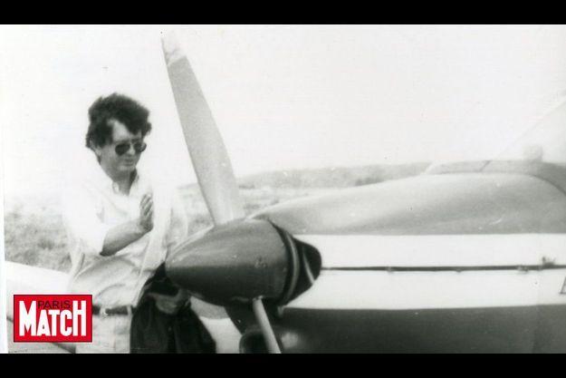 Philippe Verdon avec son avion en 1995 sur l'île de Ré.