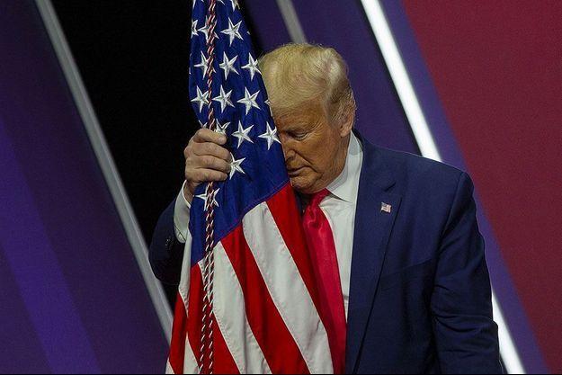 Donald Trump enlace un drapeau, le 29 février dernier, lors d'une conférence de conservateurs, dans le Maryland.