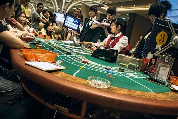 Alors que les casinos sont interdits en Birmanie et en Chine (sauf à Macao et Hongkong), Mong La abrite une vingtaine d'établissements tape-à-l'œil ouverts 24 heures sur 24