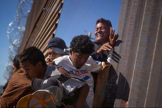 Des migrants tentent de franchir la frontière à Tijuana